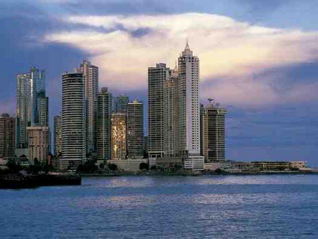 Ciudad de Panamá es una ciudad donde convive lo viejo con lo moderno. Arriba, los grandes rascacielos del centro