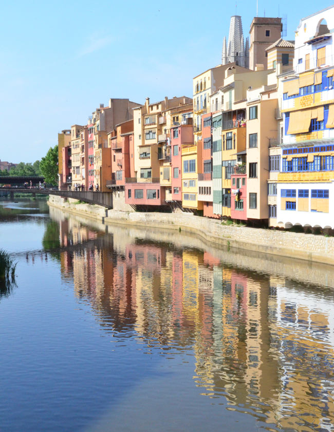 Hermosa postal de las casas pintadas junto al río Onyar