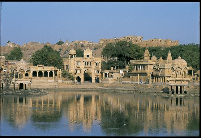 Templo y pabellones junto al lago Gadsistar. Jaisalmer